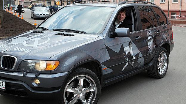 Сергей Гимаев и та самая машина с аэрографией Суперсерии-72. Фото photo.khl.ru