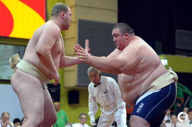 Россиянин Алан Караев против украинца Дмитрия Слепченко (справа).