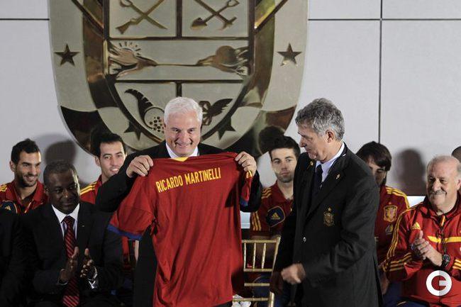 Президент Панамы Рикардо Мартинелли получил в подарок футболку испанской сборной. REUTERS.