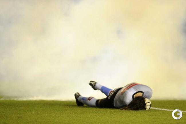 """14 ноября. """"Индепендьенте"""" - """"Бельграно"""". Матч чемпионата Аргентины по футболу между «Индепендьенте» и «Бельграно» был прерван из-за беспорядков, устроенных фанатами хозяев. В начале второго тайма с трибун полетели петарды, одна из которых взорвалась во."""