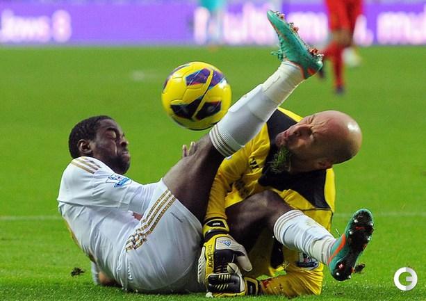 """""""Суонси"""" – """"Ливерпуль"""" - 0:0. Травмированный вратарь """"Ливерпуля"""" Хосе Рейна. AFP."""