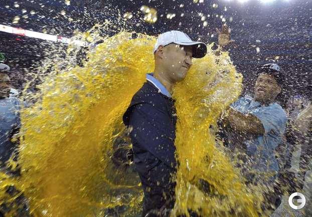 Пивной душ принимает главный тренер Toronto Argonauts Скотт Миланович после победы в финале канадской футбольной лиге Grey Cup. REUTERS.