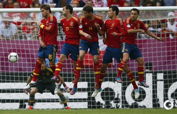 Стенка сборной Испании во время матча против итальянцев на Евро-2012.
