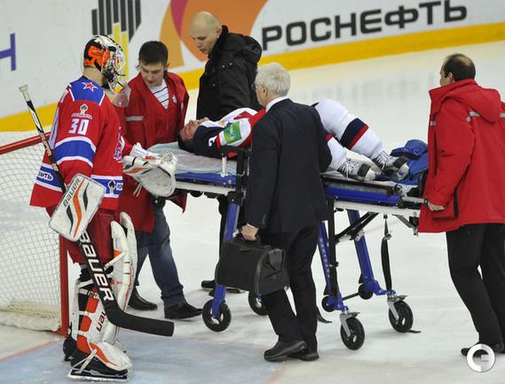 Мартин Штаинох покинул лед на носилках.