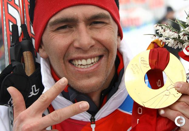 25 февраля 2006. Турин. Олимпийские игры. С олимпийской золотой медалью. Фото AFP.