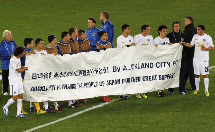 "Сегодня. Йокогама. ""Санфречче"" - ""Окленд Сити"" - 1:0. Игроки новозеландского клуба говорят ""Спасибо"" японскому клубу. Фото REUTERS."