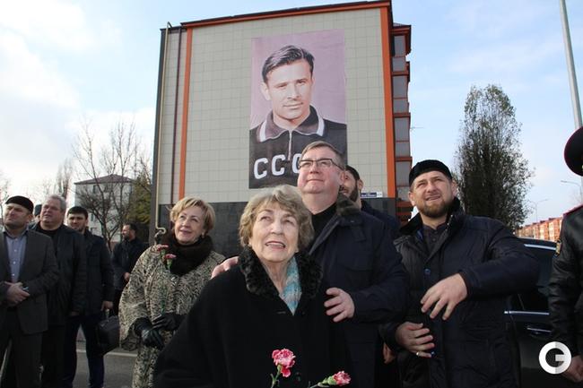 Валентина Тимофеевна Яшина возле мемориала Льва Яшина в Грозном.