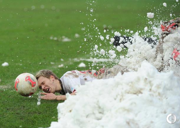 """Воскресенье. Гамбур"""""""" Бундеслига 2. """"Санкт-Паули"""" - """"Эрцгебирге"""" - 0:3. Футболистов завалило снегом. Фото AFP."""