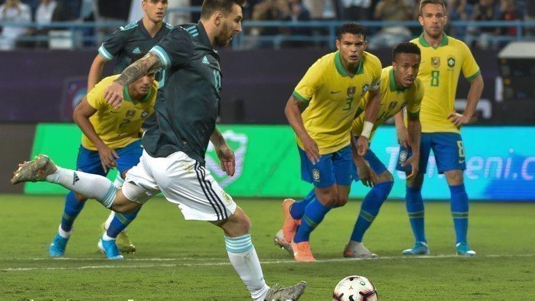 15ноября. Эр-Рияд. Бразилия— Аргентина— 0:1. Лионель Месси исполняет 11-метровый. Фото AFP