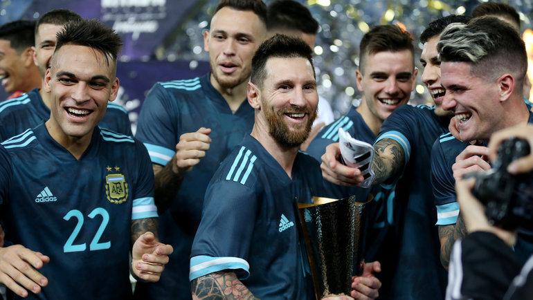 15ноября. Эр-Рияд. Бразилия— Аргентина— 0:1. Лионель Месси скубком. Фото Reuters