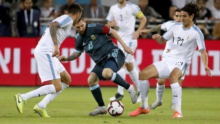 18ноября. Тель-Авив. Аргентина— Уругвай— 2:2. Лионель Месси против всех. Фото AFP