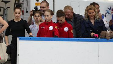 (слева направо) Алина Загитова, Алена Косторная, Александра Трусова, Анна Щербакова иихтренер Этери Тутберидзе.