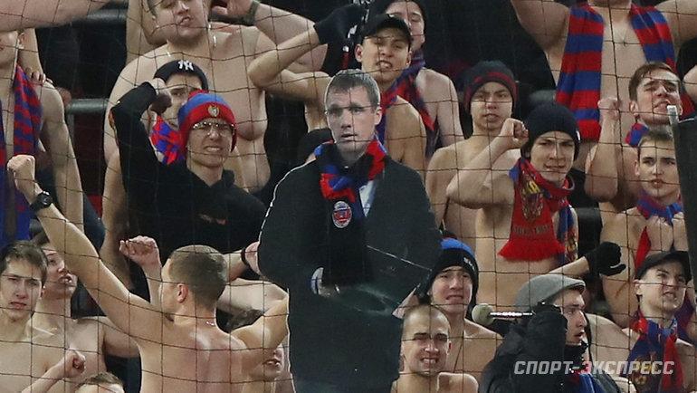 Виктор Гончаренко небросил команду, даже несмотря надисквалификацию. Тренер внимательно наблюдал заигрой сфанатской трибуны, пусть ислегка картонным взглядом.