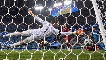 27ноября. Санкт-Петербург. «Зенит»— «Лион»— 2:0. 42-я минута. Нападающий питерцев Артем Дзюба забивает первый гол.