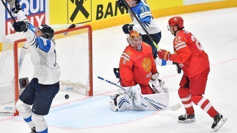 25мая. Братислава. Россия— Финляндия— 0:1. Капитан финской сборной Марко Анттила (слева) празднует победную шайбу. Фото AFP