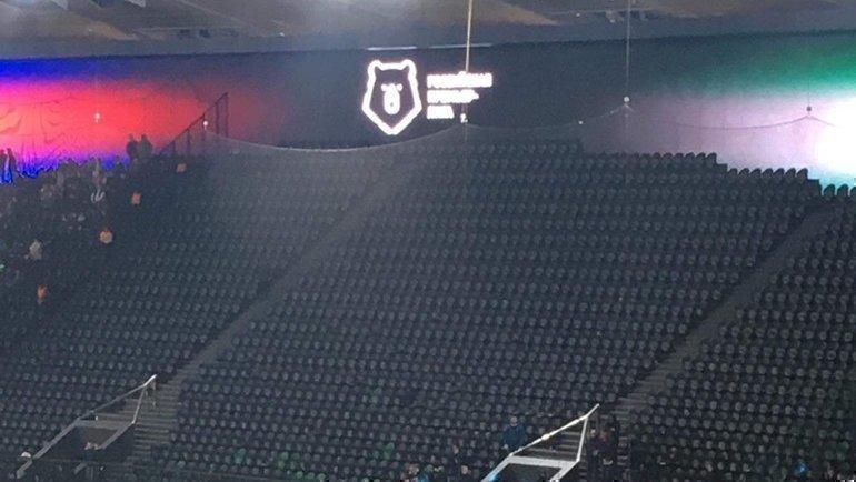 Фанаты ЦСКА сняли все баннеры, кроме «Фанат непреступник» иушли ссектора после первого тайма. Фото Telegram ЦВБП Медиа
