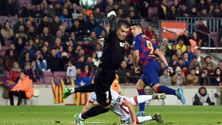 7декабря. Барселона. «Барселона»— «Мальорка»— 5:2. Гол Луиса Суареса пяткой. Фото AFP