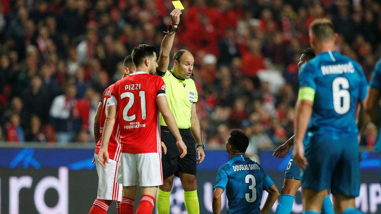 10декабря. Лиссабон. «Бенфика»— «Зенит»— 3:0. 56-я минута. Матеу Лаос удаляет Дугласа Сантоса. Фото Reuters