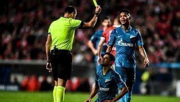 10декабря. Лиссабон. «Бенфика»— «Зенит»— 3:0. 17-я минута. Арбитр Антонио Матеу Лаос показывает Дугласу Сантосу желтую карточку. Вовтором тайме судья предъявит бразильцу уже красную.