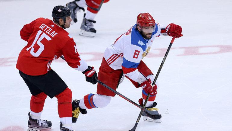 24сентября 2016 года. Торонто. Канада— Россия— 5:3. Александр Овечкин (справа) против Райана Гетцлафа. Фото USA Today Sports