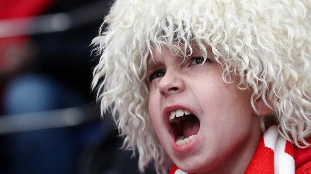 Юный поклонник «Спартака» иХабиба Нурмагомедова вовремя хоккейного матча красно-белых. Фото Дарья Исаева, «СЭ» / Canon EOS-1D X Mark II