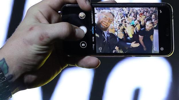 Конор Макгрегор делает селфи сболельщиками вовремя своей пресс-конференции вМоскве 24октября. Фото Федор Успенский, «СЭ» / Canon EOS-1D X Mark II