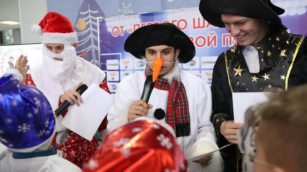26декабря. Москва. Наиль Умров, Магомед-Шапи Сулейманов иМатвей Сафонов дарят новогодние подарки юным футболистам.