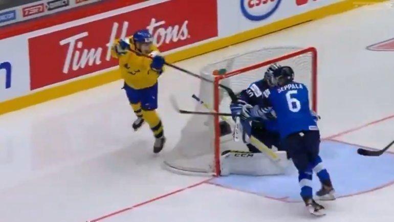 Нильс Хегландер забросил шайбу вворота Финляндии наМЧМ встиле Андрея Свечникова. Фото twitter.com