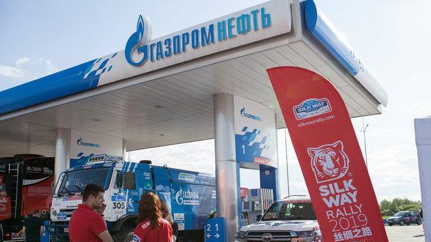 Заправка машины организаторов на «Шелковом пути».