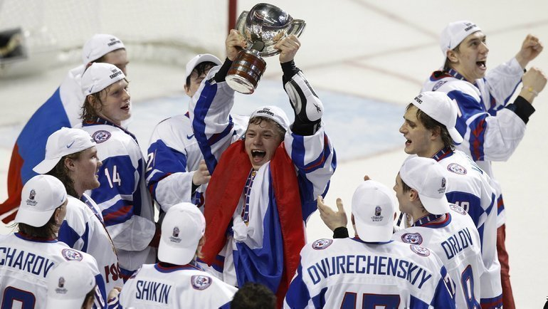 Владимир Тарасенко строфеем. Фото Reuters