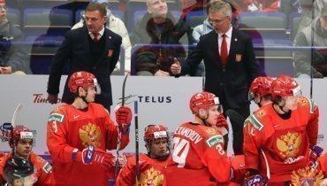 Игорь Ларионов (справа) иВалерий Брагин наскамейке сборной России.