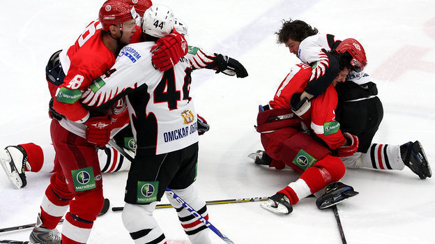 9января 2010 года. Чехов. Вмассовой драке принял участие извезда мирового хоккея Яромир Ягр (справа), выступавший за «Авангард».