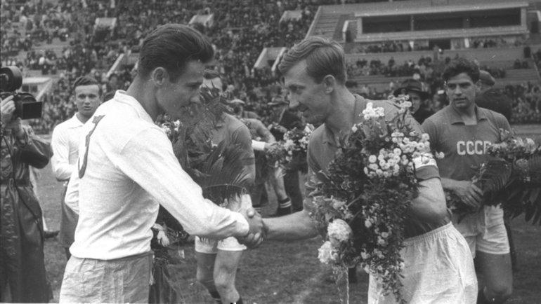 Игорь Нетто (справа)— капитан сборной СССР. Фото Анатолий Бочинин