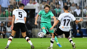 8января. Джедда. «Валенсия»— «Реал»— 1:3. Лука Модрич отправляет мяч всетку ворот соперника.