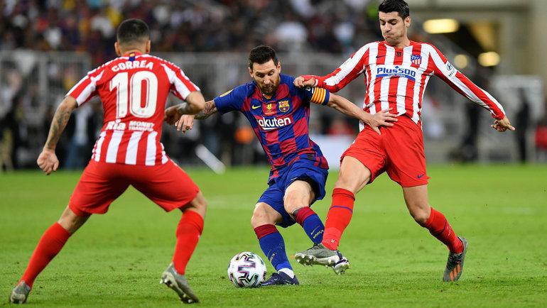 9января. Джедда. «Барселона»— «Атлетико»— 2:3. Анхель Корреа (слева), Лионель Месси (поцентру) иАльваро Мората. Фото Reuters
