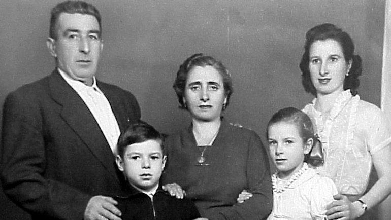 Юный Валерий Харламов сматерью Бегонией (справа) исестрой Татьяной (вторая справа) идедушкой ибабушкой изИспании. Фото Валентин Белянчев