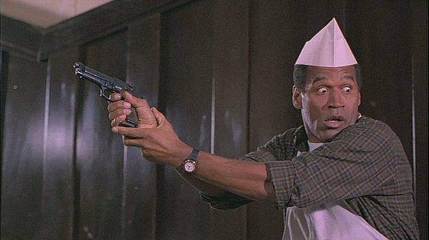 Кадр из фильма «Голый пистолет 33 1/3: Последний выпад» (1994), в котором снялся О. Джей Симпсон.