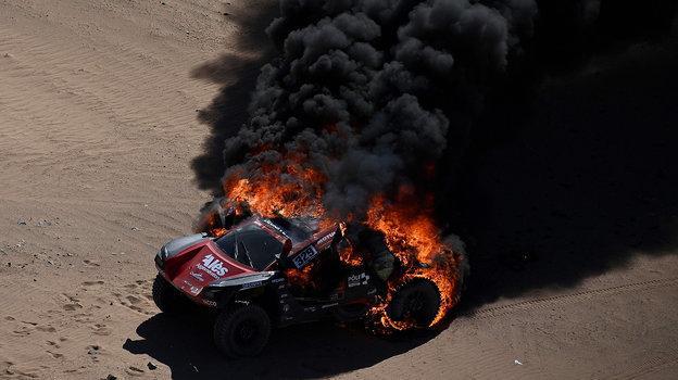 5января наэтапе «Дакара» сгорел автомобиль француза Ромена Дюма. Фото AFP