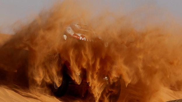 Легендарный французский автогонщик Стефана Петерансель мчится попескам «Дакара». Фото Reuters