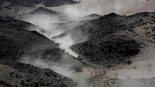 Трасса «Дакара» среди черных камней. Фото AFP