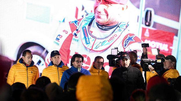 Директор ралли-рейда «Дакара» Давид Кастера сообщает огибели Паулу Гонсалвеша. Фото AFP