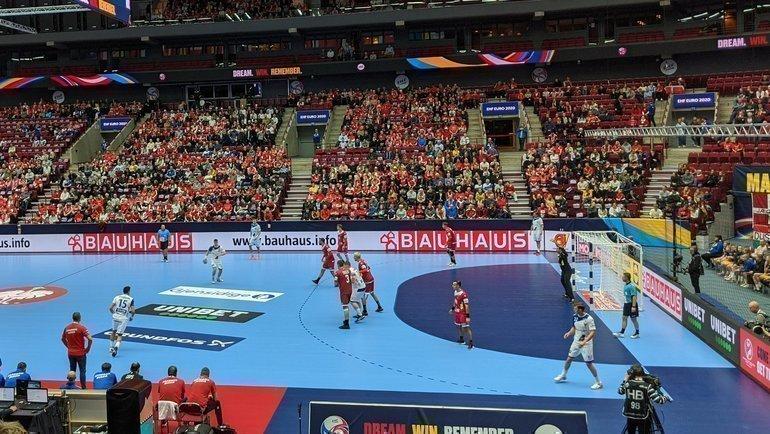 Сборная России проиграла второй матч начемпионате Европы. Фото ФГР, twitter.com/rushandball, Reuters