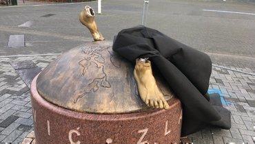Статуи Ибрагимовича вМальме больше нет. Отнее остались только ступни