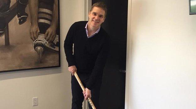 """Робитайл с клюшкой, которой играл в своем первом сезоне НХЛ. Фото Игорь Рабинер, """"СЭ"""""""