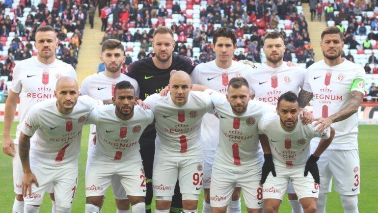 Игроки «Антальяспора». Федор Кудряшов (крайний слева внизу). Фото ФК «Антальяспор»