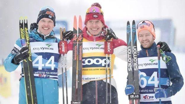 Александр Большунов (вцентре). Фото https://www.fis-ski.com/