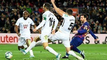 19января. Барселона. «Барселона»— «Гранада»— 1:0. 76-я минута. Лионель Месси (справа) забивает победный гол.