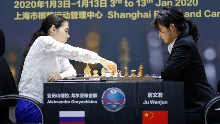 Александра Горячкина (слева) против Цзюй Вэньцзюнь. Фото AFP