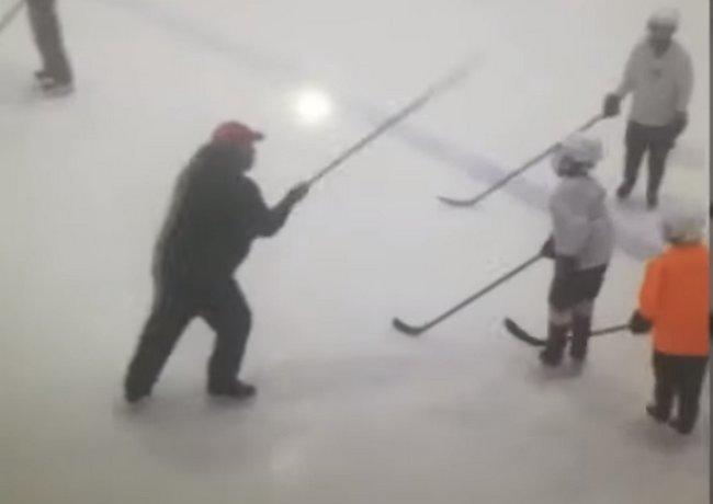 Тренер бьет детей клюшкой поголове.