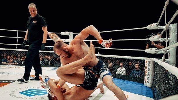 Роман Богатов (справа) объявлял оподписании контракта сUFC, нобой ему все еще недали. Фото vk.com/orenmma